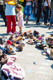 选择捐赠的鞋子的难民在Keleti火车站  免版税库存图片