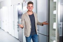 选择新的冰箱的人 图库摄影
