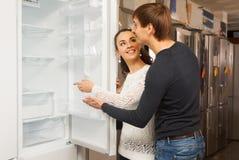选择新的冰箱的夫妇 免版税图库摄影
