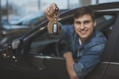选择新的汽车的帅哥买 免版税图库摄影