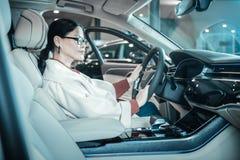选择新的汽车的时髦的兴旺的高兴的女实业家 免版税库存图片