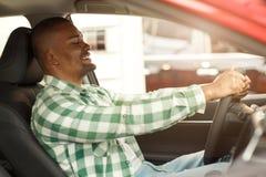 选择新的汽车的英俊的非洲人在经销权 免版税库存图片