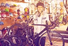 选择新的自行车的男孩 免版税库存照片