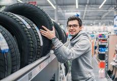 选择新的轮胎的男性顾客 库存照片