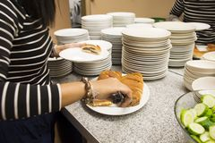 选择早餐的旅客人为在餐馆吃 库存照片