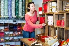 选择果仁糖和巧克力的女孩 图库摄影