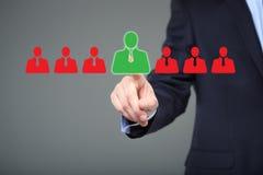 选择正确的伙伴的商人从许多候选人 库存照片