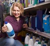 选择洗涤剂的妇女 图库摄影