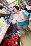 选择清洁刷的妇女在商店 免版税库存图片