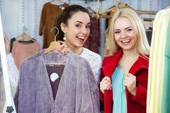 选择牛仔布夹克的妇女 免版税库存照片
