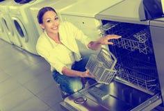 选择现代洗碗机的妇女 免版税图库摄影