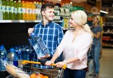 选择瓶水的顾客 免版税库存照片