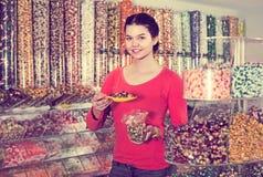选择甜点的女孩在商店 免版税图库摄影