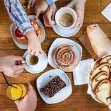 选择甜点的孩子在快餐 免版税库存照片