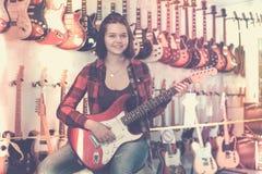 选择电吉他的十几岁的女孩 免版税图库摄影