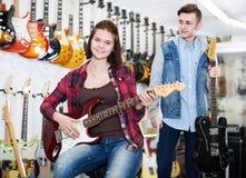 选择电吉他的少年 库存照片