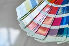 选择的油漆口气,各种各样的油漆样品三原色圆形图  免版税库存照片
