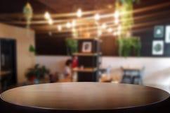 选择的焦点空的棕色木桌和咖啡店或者resta 免版税图库摄影