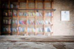 选择的焦点空的老木桌和图书馆或者书店 库存图片