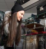 选择皮革钱包的美丽的少妇 免版税库存照片