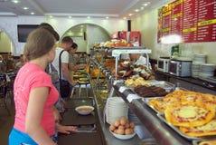 选择盘的顾客在餐厅在索契 免版税库存图片