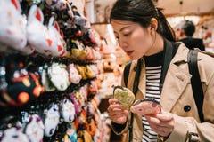 选择硬币钱包的一个可爱的女性游人 免版税库存图片