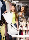 选择礼服的两个女孩在商店 免版税图库摄影