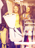 选择礼服的两个女孩在商店 库存照片