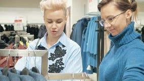 选择礼服的精品店的两名妇女 股票录像