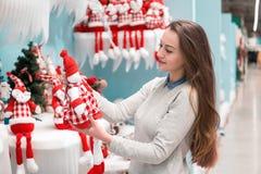 选择礼物的顾客女孩圣诞节和新年 库存照片