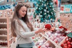选择礼物的顾客女孩圣诞节和新年 免版税库存图片