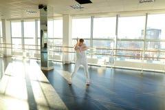 选择移动的运动服的舞蹈动作设计者为新的节律唱诵的音乐danc 库存图片