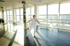 选择移动的运动服的舞蹈动作设计者为新的节律唱诵的音乐danc 免版税库存照片