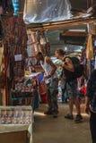 选择纪念品的两个男性游人在土井Pui小山部落村庄, miao的少数族裔的工艺品市场或 免版税库存照片