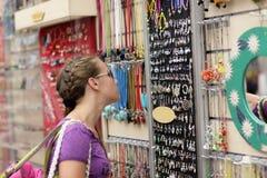 选择纪念品的女孩 免版税库存照片