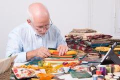 选择织品的人裁缝 库存照片