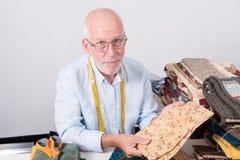 选择织品的人裁缝 免版税库存图片