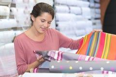 选择织品的设计师从样片 免版税库存图片