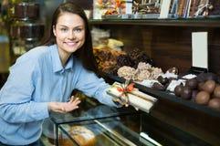 选择美好的巧克力的妇女 库存图片