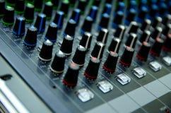 选择聚焦专业音频混合的控制台上的控制板 Technolo 免版税库存照片