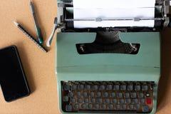 选择聚焦凋枯的干燥roseold绿色打字机 图库摄影