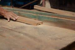 选择聚焦和浅景深 一块木头在路由器桌上在木匠业w方面被刮用木匠的人工 免版税库存图片