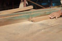 选择聚焦和浅景深 一块木头在路由器桌上在木匠业w方面被刮用木匠的人工 库存图片