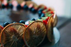 选择聚焦巧克力蛋糕用桔子和莓果 库存图片