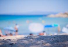 选择聚焦 一个海滩的被弄脏的背景在晴天 库存照片