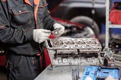 选择聚焦 在修理立场的发动机组与活塞和汽车技术的连接杆 被弄脏的汽车红色 库存照片