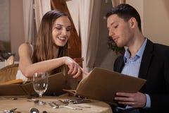 选择膳食的夫妇 免版税图库摄影