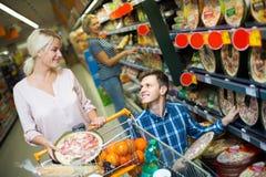 选择薄饼的配偶在商店 免版税库存图片