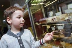 选择蛋糕的孩子 图库摄影