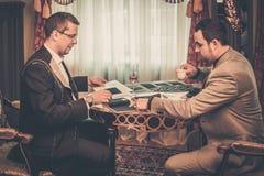 选择衣服的裁缝和客户材料 库存图片
